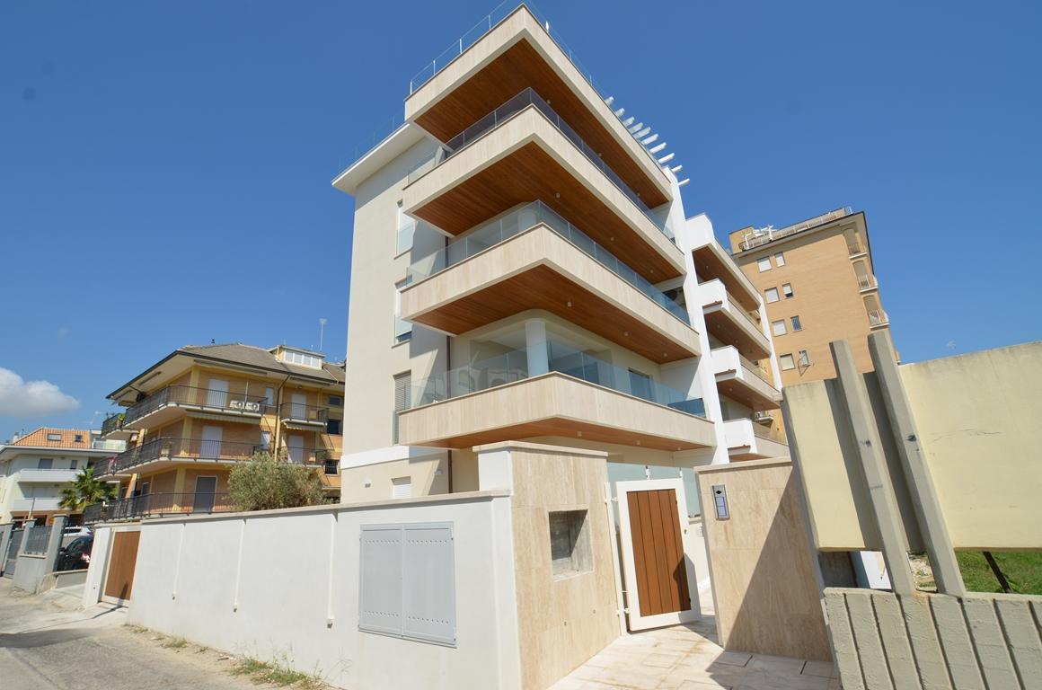 Adriatico appartamento con giardino a san benedetto del for Palazzine moderne