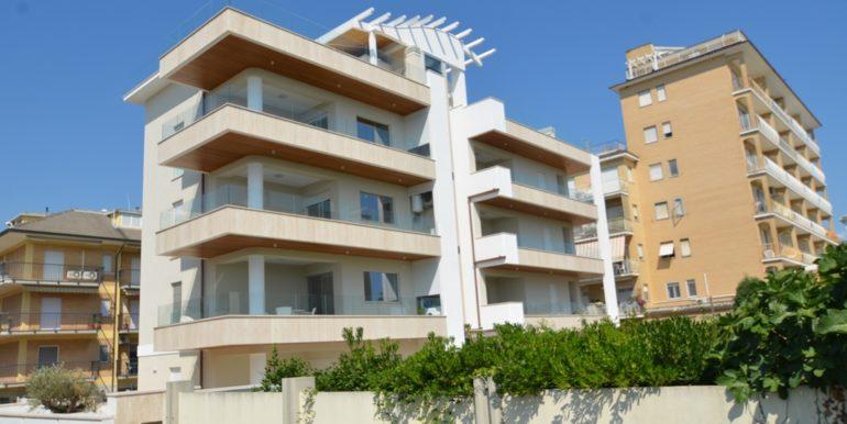 esterno della palazzina Adriatico a San Benedetto del Tronto
